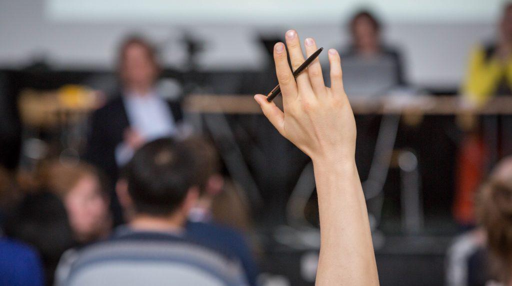 Una mano alzata per una domanda su ASIMUT